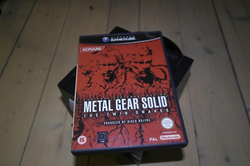 Endte med å kjøpe meg Metal Gear Solid: Twin Snakes til Gamecube. Definitivt det dyreste retrospillet jeg noen gang har kjøpt, og skulle jeg være fornøyd med kjøpet? NEI! Hva er galt med det? La meg se… kontrollene!