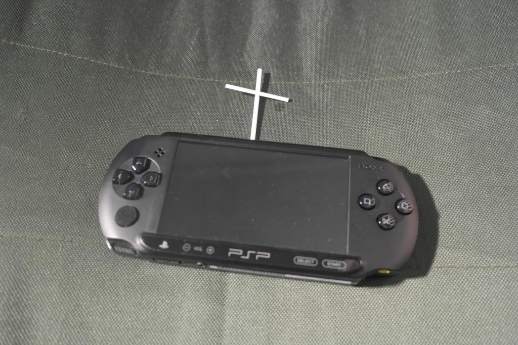 Kjære PSP E1000. Du har alltid vært der for meg når jeg trengte deg, og du var og er en sann venn. Du er herved frigitt fra dine plikter, og måtte du hvile i fred... *snufs hulk vræææææl*